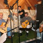 16 - Jaison Cunha ajustando set-up de gravação do Brazilian Guitar Quartet